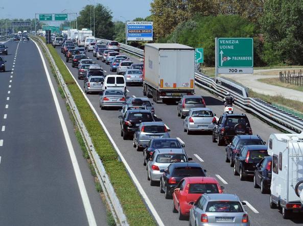Incidente in A23, scontro auto-furgone vicino Udine: morta una donna