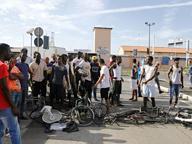 Livorno, i profughi bloccano strada«Manca l'acqua» e scatta la rivolta
