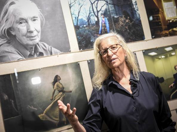 Annie Leibovitz di fronte ad alcuni degli scatti della mostra «WOMEN: New Portraits by Annie Leibovitz», commissionata da UBS Fabbrica Orobia 15, 9 September – 2 October 2016 (Foto Matteo Valle/ Getty)