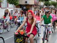 Bici, baci, libertà: perché le cicliste fanno ancora «strano»