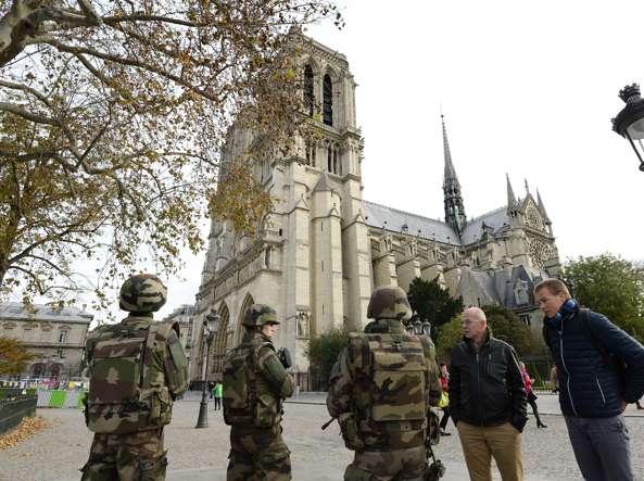 Parigi, auto con esplosivi scoperta vicino a Notre Dame