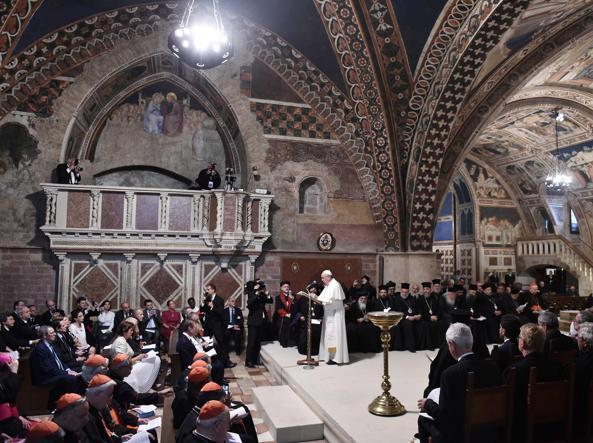 Papa Francesco nella basilica di Assisi (Afp)