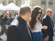 Milano, caos in centro: arriva Angelina Jolie. Ma è solo una sosia