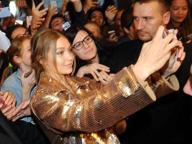 Gigi Hadid in body dorato a Milano. E i fan sgomitano per un selfie con lei