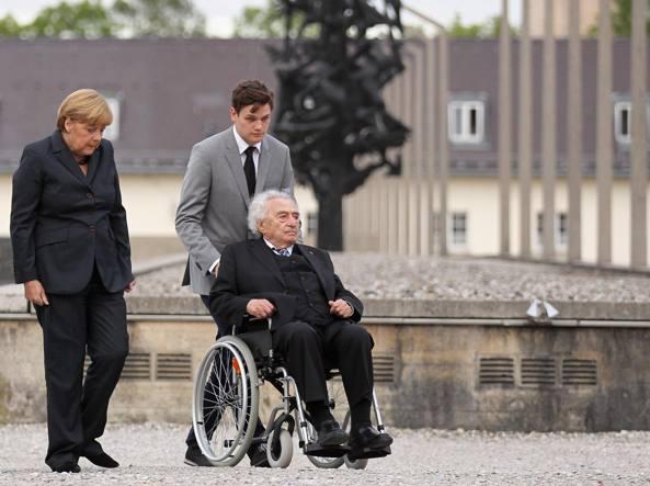 20 agosto 2013: Max Mannheimer, sulla sedia a rotelle, visita con la cancelliera Angela Merkel il campo di concentramento di Dachau, in Germania. (Fotografia di Johannes Simon/ Getty Images)