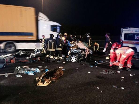 Tir travolge auto al casello, due morti alla A4