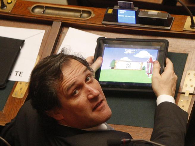 Polemica sullo stop alle foto in Aula quando i politici  dormono o giocano
