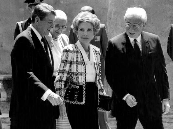 Francesco Cossiga nel 1987 con il presidente degli Stati Uniti Ronald Regan (1911-2004) e sua moglie Nancy (1921-2016)