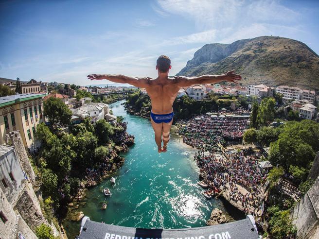 Mostar, i tuffi spettacolari dal ponte ricostruito Le foto