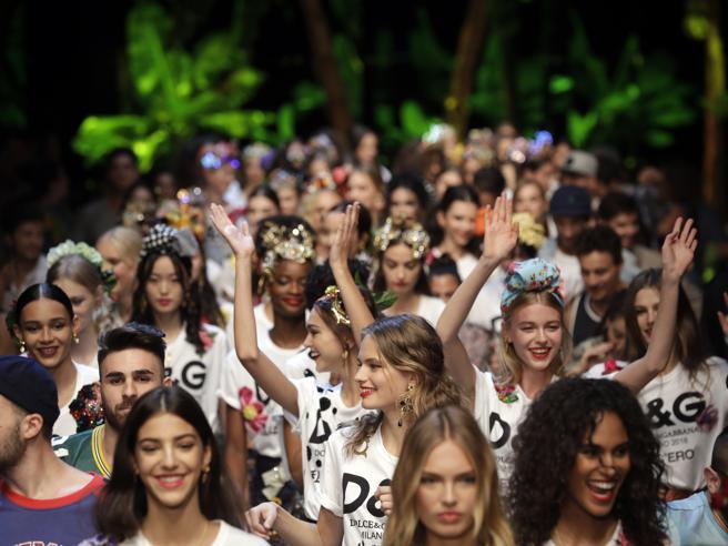 Le modelle ballano la tarantella. La passerella di Dolce & Gabbana diventa una festa