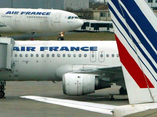 Francia, aereo Air France svuota serbatoio sulla foresta di Fontainebleau: è polemica