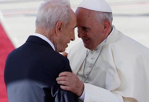 Shimon Peres con Papa Francesco in una foto del maggio 2014  (Reuters)