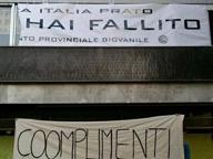 Lo striscione dimezzato: sparisce il nome di Renzi. E Brunetta protesta