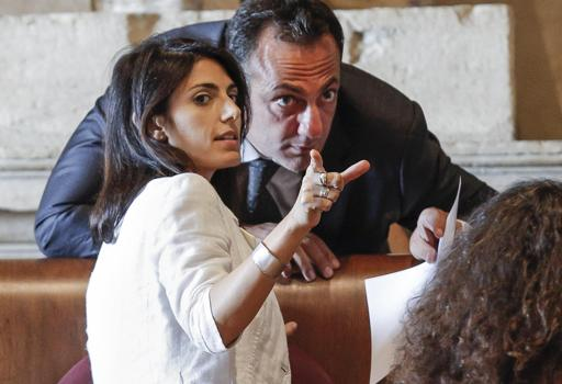 Raggi e il presidente dell'assemblea capitolina Marcello De Vito (Ansa)