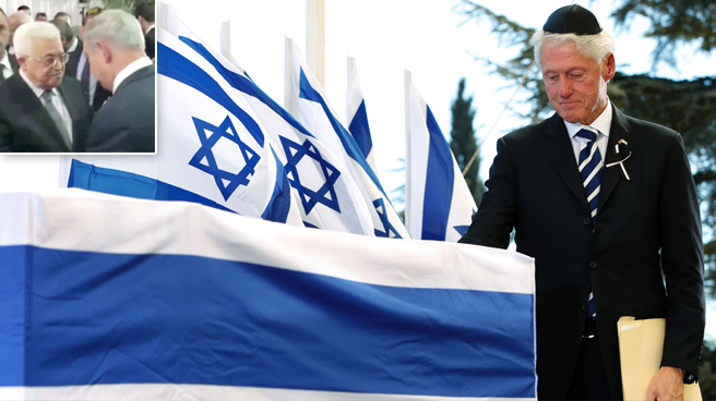 L'ex presidente americano Bill Clinton ai funerali di Shimon Peres e, nel riquadro, l'incontro Abu Mazen-Netanyahu