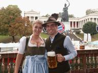 La squadra del Bayern Monaco all'Oktoberfest, tra boccali di birra e costumi tradizionali