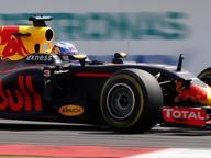 F1, Gp Malesia: Ricciardo trionfa, Hamilton va a fuoco, Vettel disastro