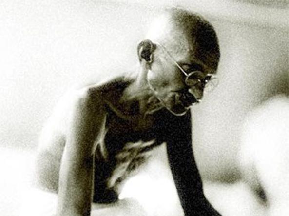 Gandhi utilizzò la pratica religiosa e tradizionale del digiuno come strumento di lotta politica
