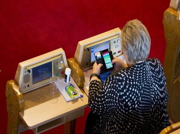 Premier Norvegia gioca a Pokemon Go in parlamento FOTO