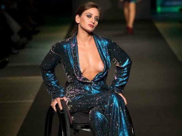 Modella paraplegica, facebook la censura per la scollatura