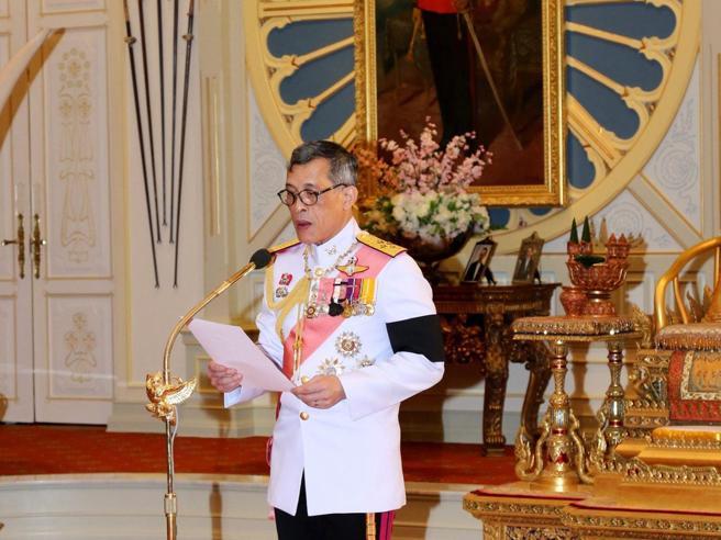 Thailandia, il principe degli eccessi scioglie la riserva e accetta la corona Chi è
