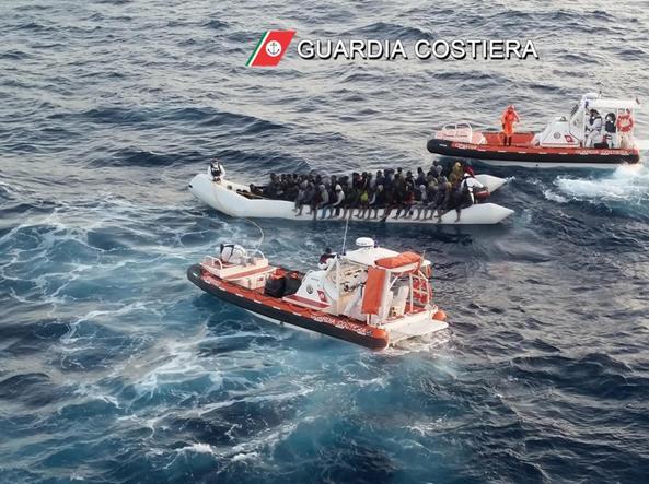 Un barcone di migranti soccorso dalla guardia costiera italiana