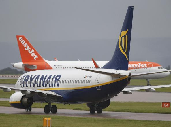 Due velivoli di Ryanair ed easyJet pronti a decollare dall'aeroporto di Manchester (foto Reuters)