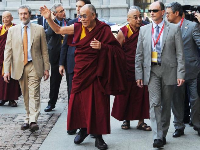 Milano e la cittadinanza onoraria al Dalai Lama. L'ira dei cinesi: «Gesto che ci ferisce gravemente»