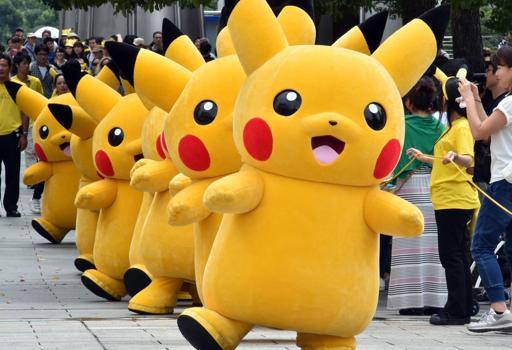 Il protagonista Pikachu riprodotto per una sfilata a Tokyo (Afp/Tsuno)