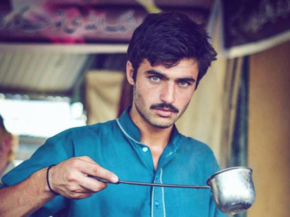 Il venditore di tè pakistano diventato modello per caso