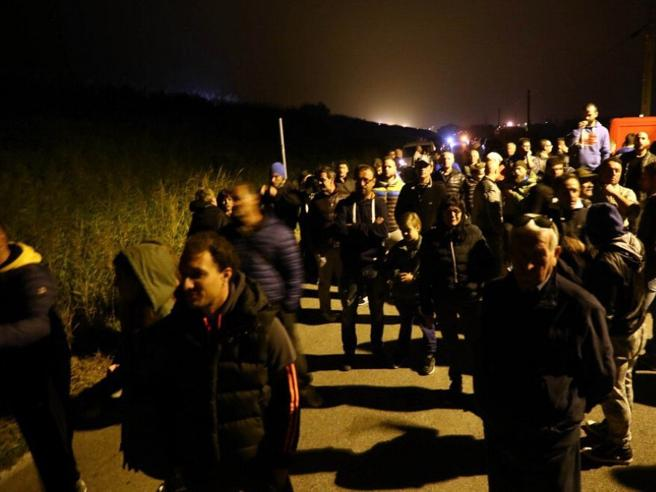 Gorino, barricate contro 12 migranti«Non li vogliamo». E il prefetto cede