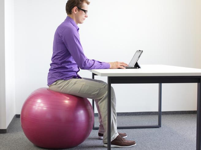 Sul pallone, sulla sedia che dondola o anche in piedi: in ufficio non si sta più seduti