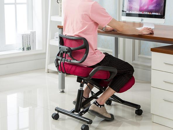 Sul pallone sulla sedia che dondola o anche in piedi in for Sedia ufficio ginocchia