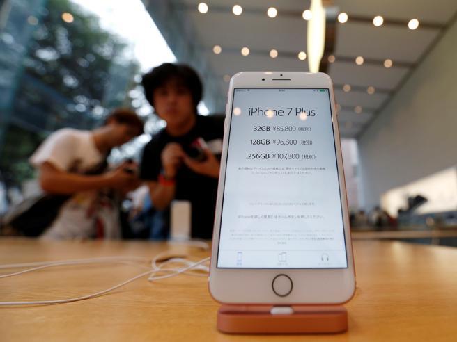 Apple, giù gli utili (prima volta dal 2001)Pesa la frenata di vendite di iPhone