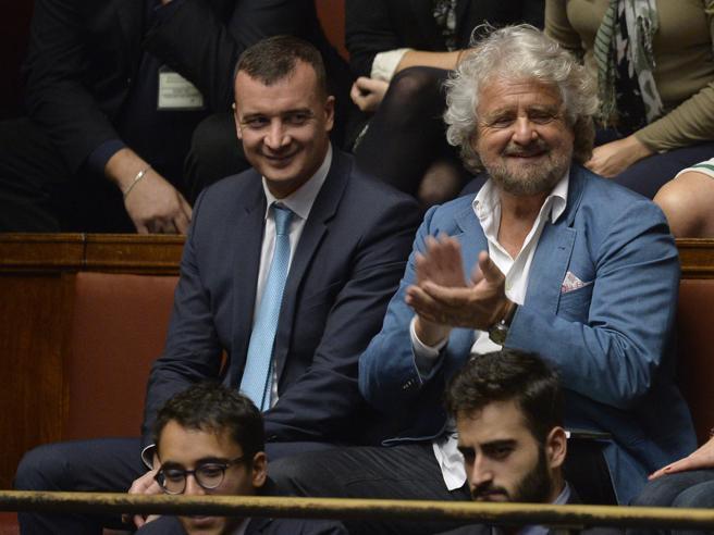 Stipendi parlamentari, la Camera rinvia in commissione il testo M5sGrillo ironico  in tribuna: «Bravi»