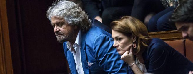 Beppe Grillo  si affaccia verso l'Aula dagli spalti di Montecitorio  (Ansa)