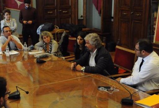Beppe Grillo con  i  consiglieri M5s e il sindaco Raggi in Campidoglio