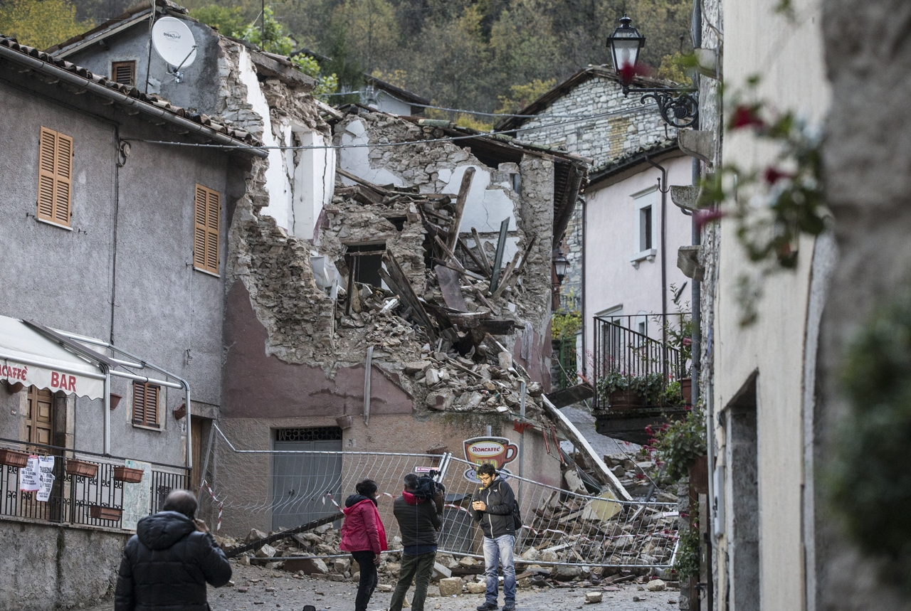 Terremoto tra marche e umbria gli interni delle case danneggiate - Casa senza fondamenta terremoto ...