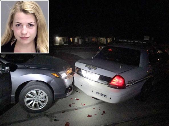 Selfie alla guida senza reggiseno: studentessa si schianta contro l'auto della polizia