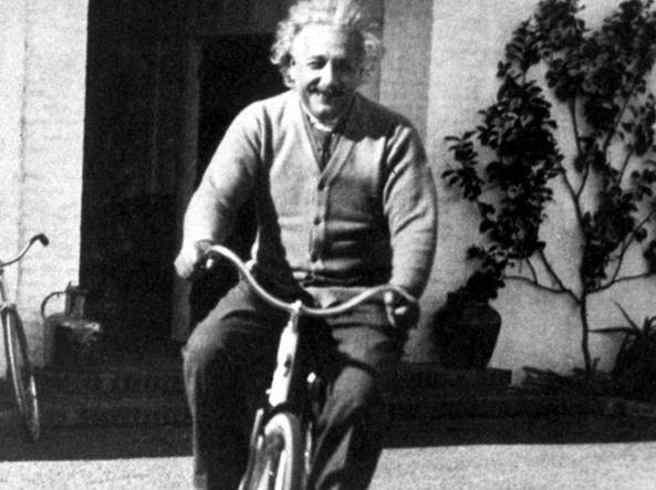 Il grande fisico e premio Nobel Albert Einstein (Ulm, 1879 - Princeton, 1955) ritratto in sella a una bicicletta il 28 febbraio 1933 a Santa Barbara, in California (Reuters)
