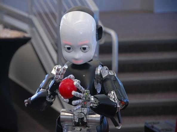 iCub, realizzato dall'Istituto Italiano di Tecnologia, ricorda e si comporta come un bambino di quattro anni. Grazie all'intelligenza artificiale è in grado di imparare ed evolvere le proprie capacità