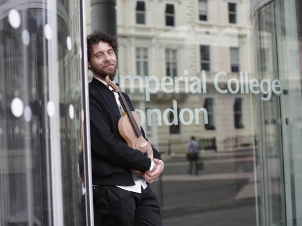 Luca Alessandrini davanti all'Imperial College di Londra con il suo super violino in seta
