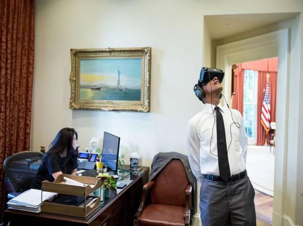 Il presidente degli Stati Uniti Barack Obama guarda su un visore per la realtà virtuale un filmato sul parco Yosemite nella segreteria davanti allo studio Ovale (Foto Pete Souza)