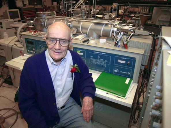 John Fenn, il chimico che vinse il Nobel nel 2002 da ultrasettantenne (Ap/Helber)