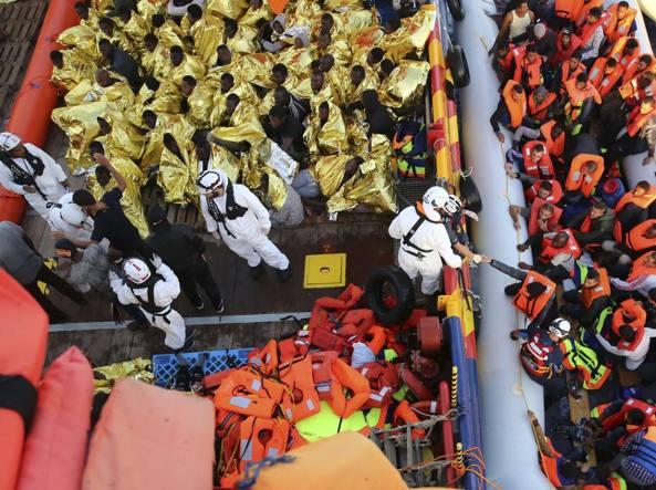 Migranti: affonda un gommone davanti alla Libia, 12 morti