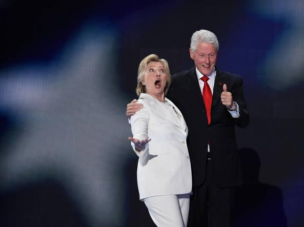 Hillary Clinton con il marito Bill (Afp)