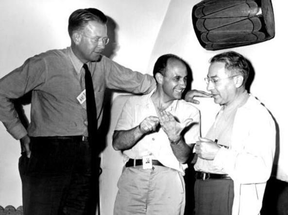 Tre premi Nobel per la fisica: Enrico Fermi (al centro) in compagnia di altri due grandi scienziati, Ernest Lawrence (a sinistra) e Isidor Isaac Rabi