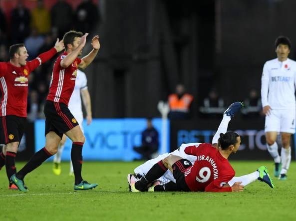 Il tackle di Zlatan Ibrahimovic ai danni di Leroy Fer che gli è costato l'ammonizione. Diffidato salterà il big match del 19 contro l'Arsenal