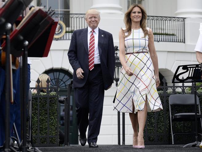 Melania, vestito a quadroni (con doppio spacco) per il picnic alla Casa Bianca