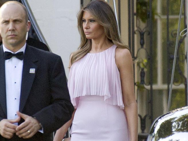 Melania Trump in rosa e con le spalle scoperte per il matrimonio del segretario al Tesoro